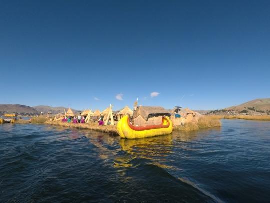 Île flottante d'Uros et bateau typique