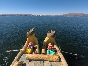 Bateau dans les îles d'Uros