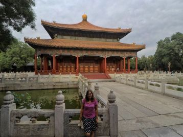 On pose devant le temple de Confucius ! :)