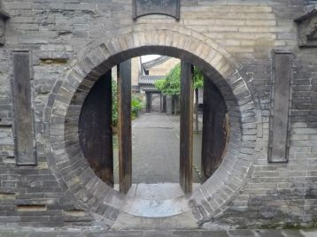 Une porte de hobbit dans le Qiao Family compound
