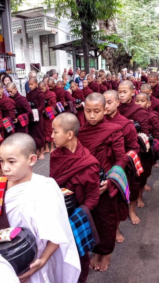Procession de moines à Mahagandhayon