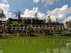 Immeuble détruit par un typhon au bord du lac