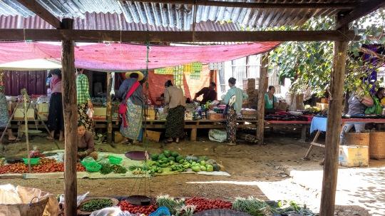 Sur un marché au bord du lac