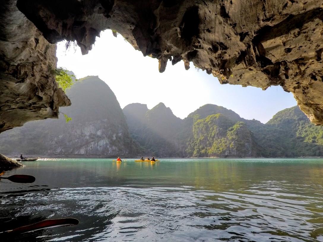 baie_halong_kayak_grotte
